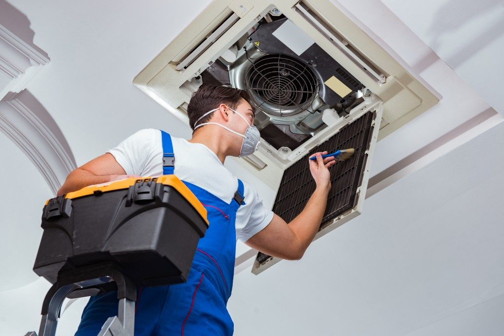 Man cleaning the airconditioner