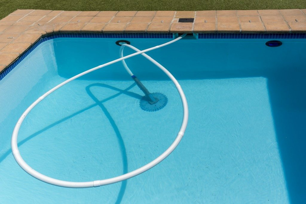 Pool cleaning with a special hose